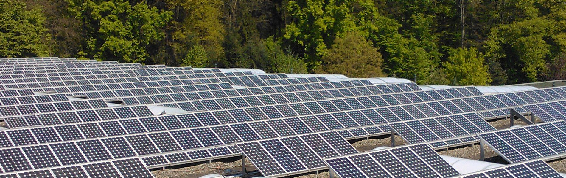 Aufgeständerte PV-Anlage auf einem Industriedach
