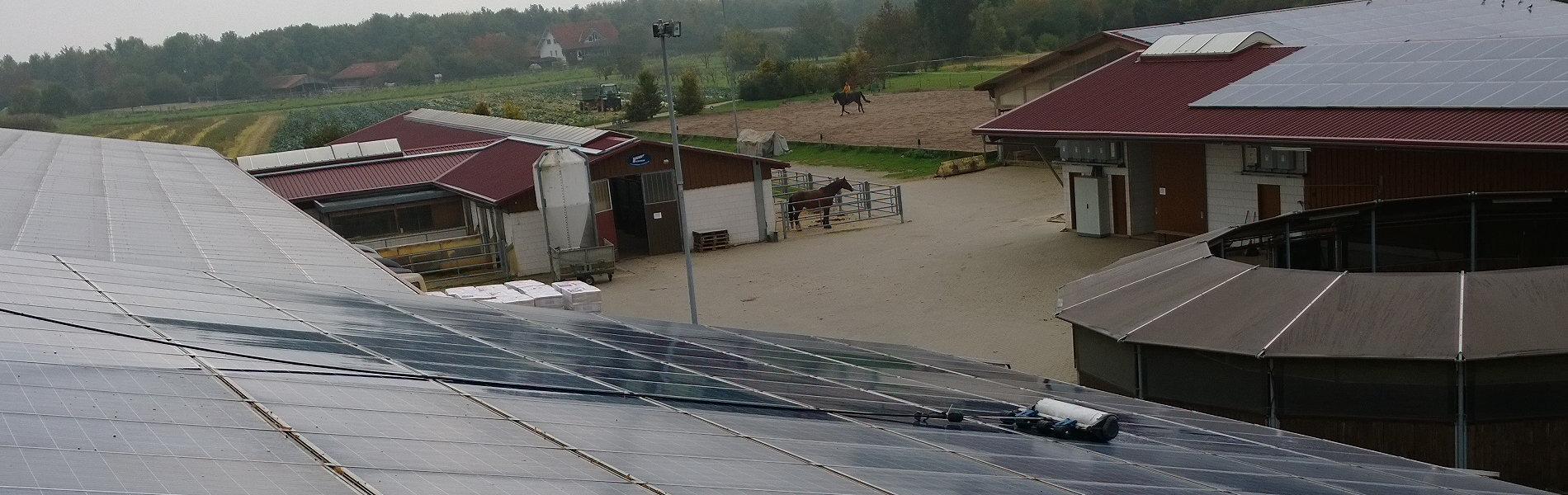 Pferdehof Hallendach Photovoltaikanlage Reinigung mit Bürste