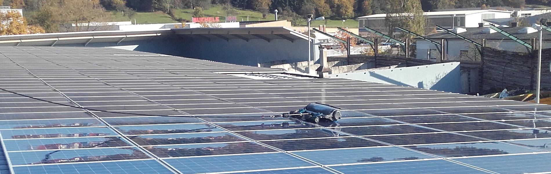 Industriedach flachliegende Photovoltaikanlage mit Bürste