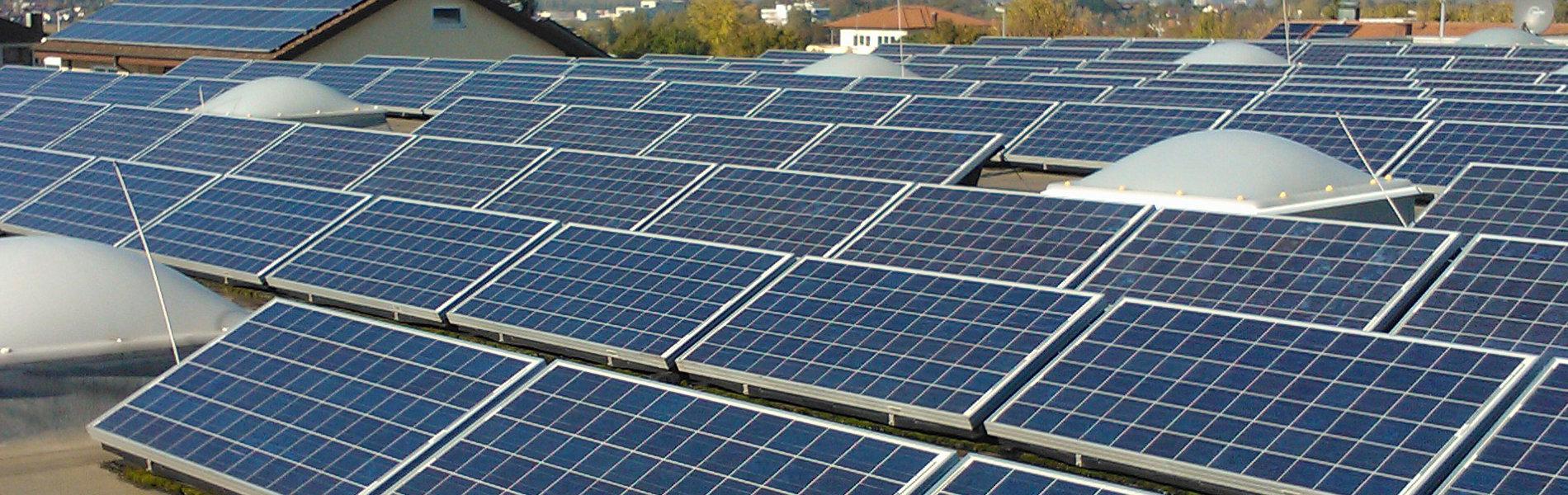 Aufgeständerte Photovoltaikanlage Hallendach